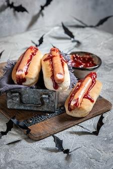 Cachorros-quentes assustadores de halloween parecem dedos ensanguentados