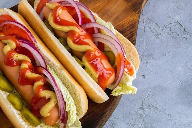 Cachorros-quentes com mostarda e ketchup.