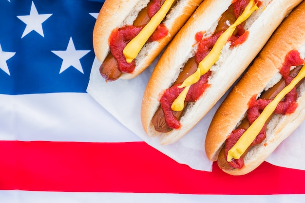 Cachorros-quentes e bandeira americana.