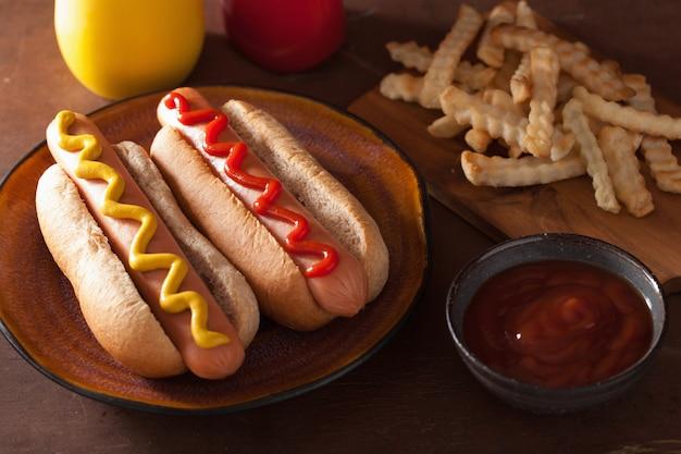 Cachorros-quentes grelhados com ketchup de mostarda e batatas fritas
