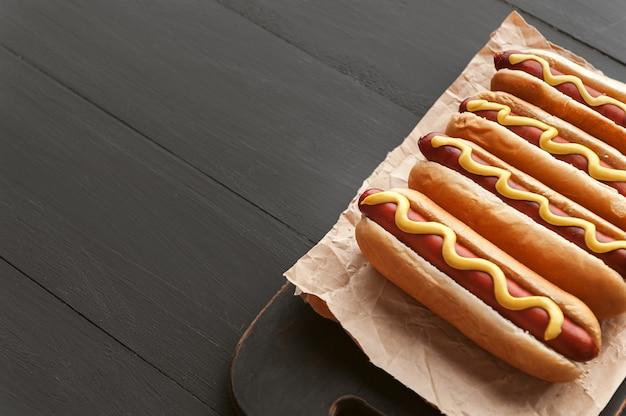 Cachorros-quentes grelhados com mostarda americana