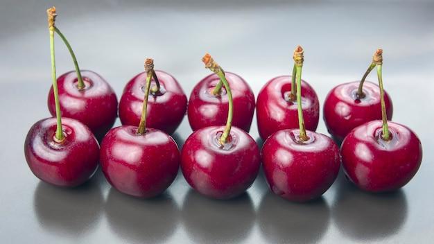 Cachos de cerejas frescas. comida saudável no café da manhã. frutos da vegetação. sobremesa de fruta