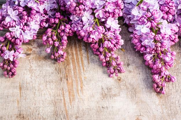 Cachos de lilás na velha madeira gasto