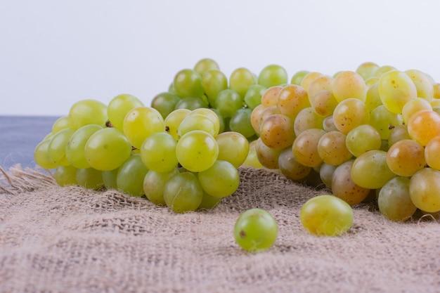 Cachos de uva em um pano de prato