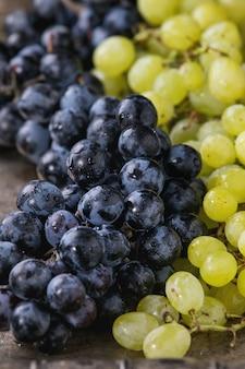 Cachos de uvas vermelhas e brancas