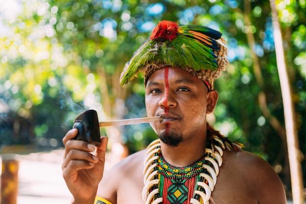 Cacique índio da tribo pataxó fumando cachimbo