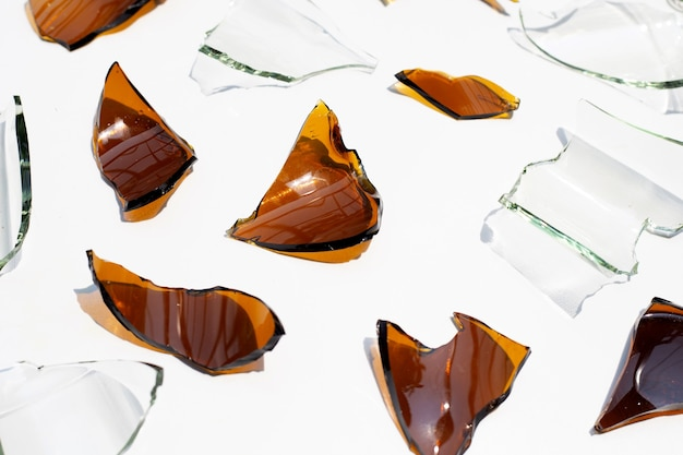 Cacos de vidro isolados.