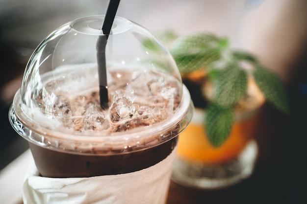 Cacto e xícara de café / cacau na mesa de madeira velha. espaço de trabalho simples ou coffee break