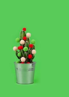 Cacto em uma panela, decorada com bolas coloridas