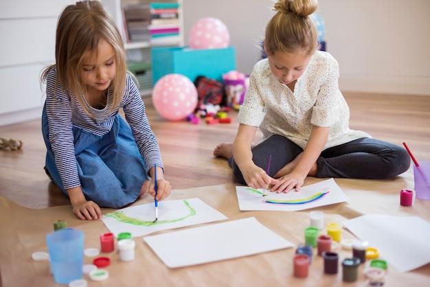 Cada menina está focada em seu próprio trabalho