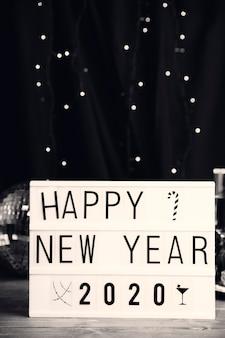 Cadastre-se com mensagem de feliz ano novo na mesa
