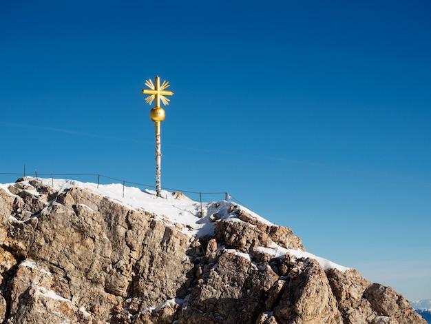 Cadastre-se no topo da zugspitze, a montanha mais alta da alemanha.