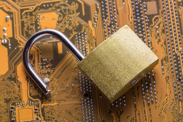 Cadeado aberto na placa-mãe do computador. conceito de segurança de informações de privacidade de dados na internet.