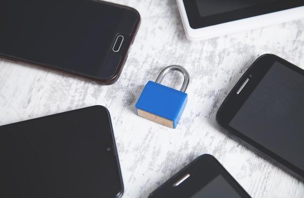 Cadeado com smartphones. segurança para celulares