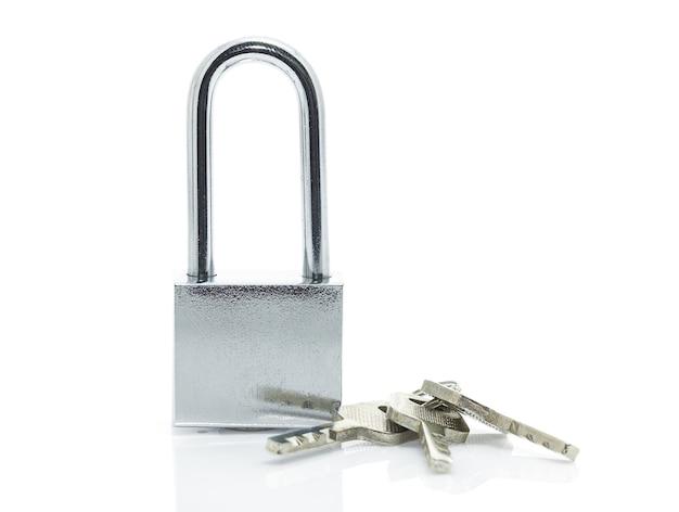 Cadeado com três chaves no fundo branco