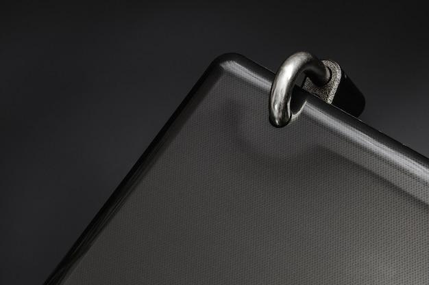 Cadeado de aço trancado em um buraco do laptop preto