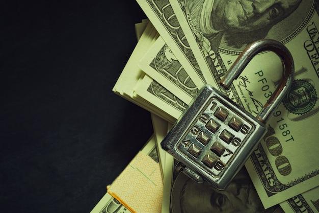 Cadeado de combinação na nota de dólar na luz do sol da manhã. vista superior e espaço para cópia. segurança e segredo de negócios em estilo vintage.
