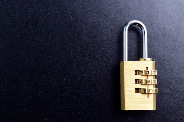 Cadeado de conceito de proteção de segurança em fundo preto