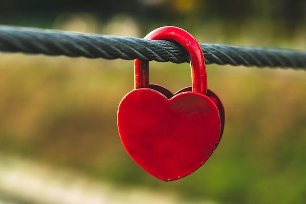 Cadeado de forma de coração em uma corda.