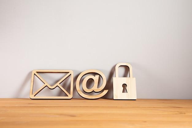 Cadeado de madeira com carta e placa de correio na mesa