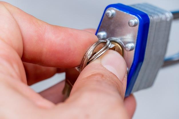 Cadeado de metal na mão com chaves