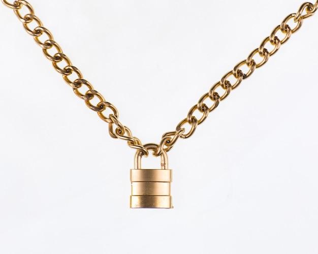 Cadeado dourado com corrente dourada isolado no fundo branco
