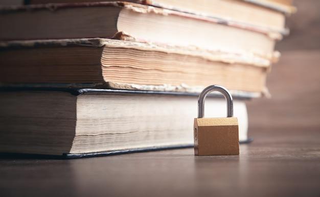 Cadeado e livro. segurança da informação