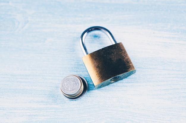 Cadeado e moedas na mesa