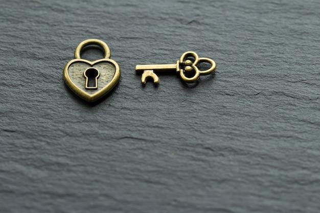 Cadeado em forma de coração com chave em pedra ardósia