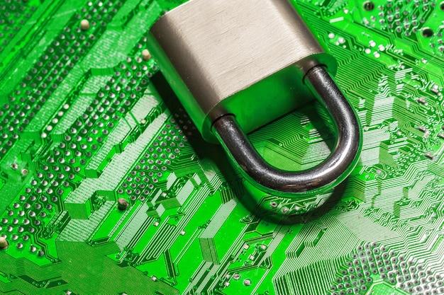 Cadeado em uma placa de circuito de computador