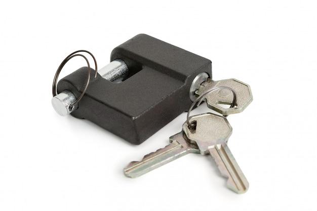 Cadeado fechado e chaves isoladas em branco