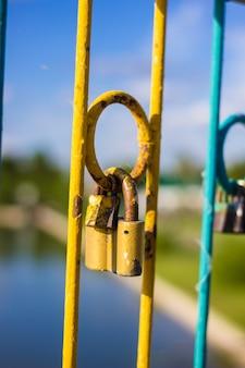 Cadeado na ponte do parque da cidade em sinal de amor e lealdade