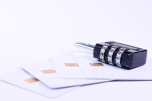 Cadeado no cartão de crédito, conceito de segurança de informações de privacidade de dados da internet