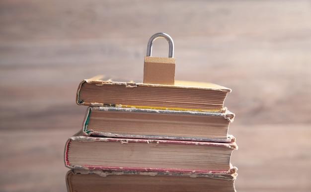 Cadeado no livro. segurança da informação