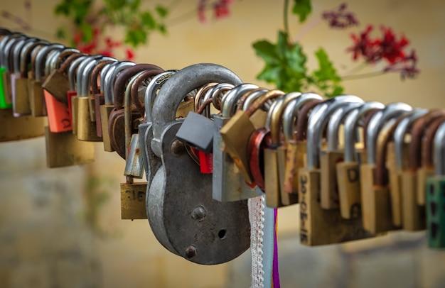 Cadeados de amor em um cabo em uma ponte