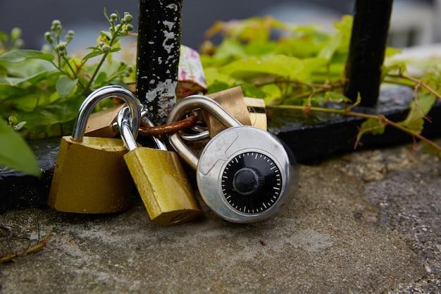 Cadeados de paris em balneário de montmartre