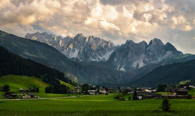 Cadeia de montanhas gosaukamm dentro do anel da montanha de dachstein e o vale abaixo