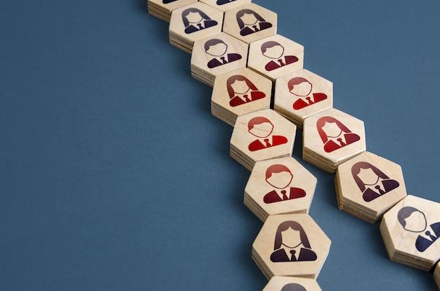 Cadeia de pessoas divididas em direções opostas conceito de conflito na sociedade