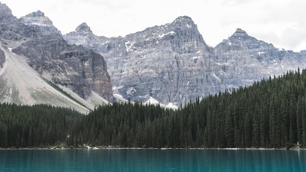Cadeias de montanhas próximas ao corpo d'água durante o dia