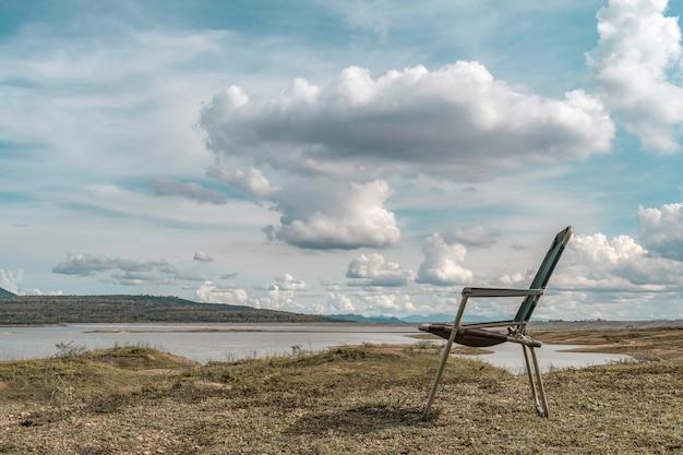 Cadeira ao lado do reservatório no reservatório do lago mae karm com a atmosfera da manhã com lindo céu e nuvens.