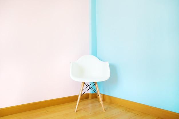 Cadeira branca na sala de estar na parede pastel