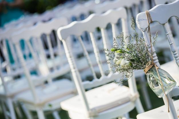 Cadeira branca no casamento configurar e flor