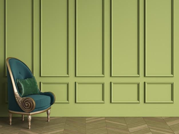 Cadeira clássica em verde esmeralda e cor dourada no interior clássico com espaço de cópia. paredes verdes com molduras