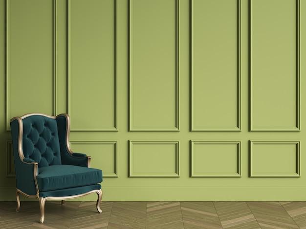 Cadeira clássica em verde esmeralda e ouro no interior clássico com espaço de cópia.