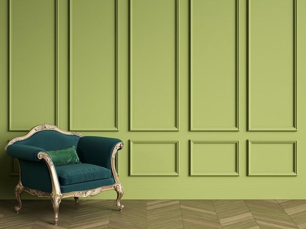 Cadeira clássica na cor verde esmeralda e ouro no interior clássico com espaço de cópia