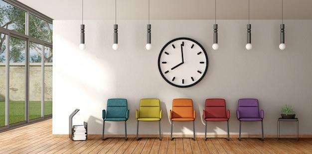 Cadeira colorida em uma sala de espera