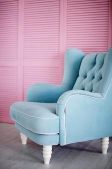 Cadeira confortável macia no interior