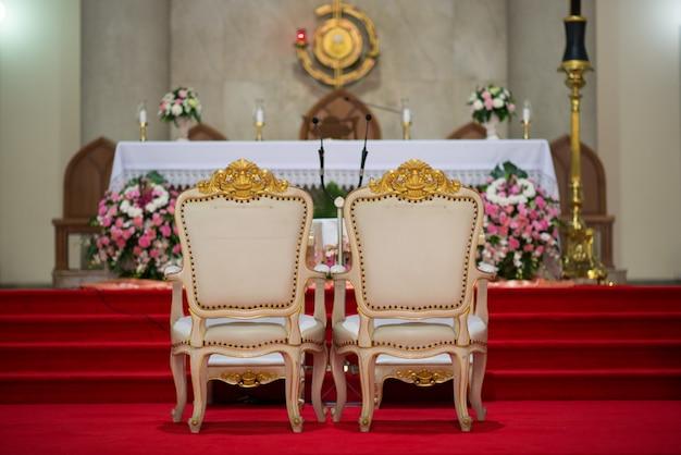 Cadeira da noiva e do noivo bela igreja para cerimônia de casamento - imagens