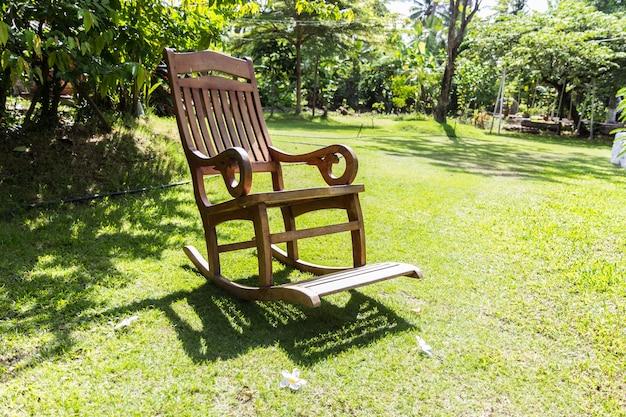 Cadeira de balanço vazia sobre grama