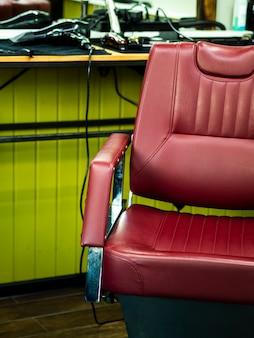 Cadeira de barbeiro de couro vista frontal